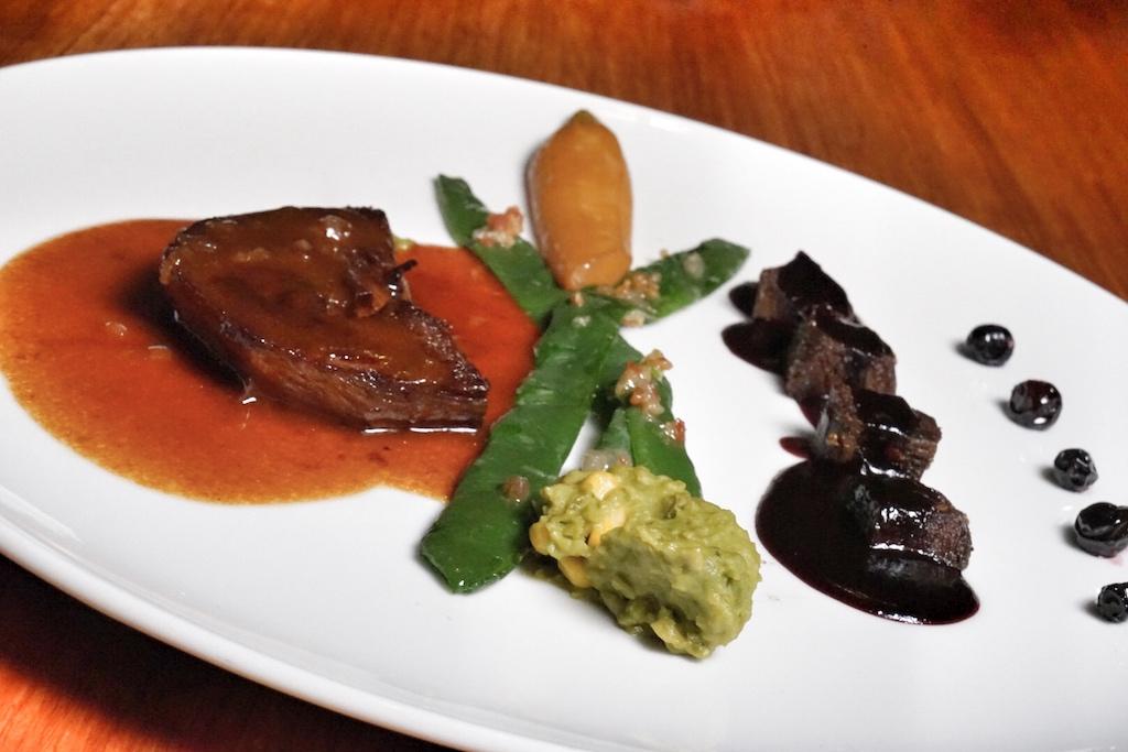 Joachim Stern liebt es, Herzhaftes mit Obst in Suppen und Saucen zu verfeinern - hier ein Steak vom Kalbsherz