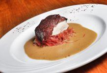 Im Restaurant Altes Jagdhaus bei Joachim Stern genießt der Gst besondere Gerichte wie etwa das Störfilet mit Juvenilferkelblutwurst, überbacken, mit Meerrettichsauce und rotem Sauerkraut