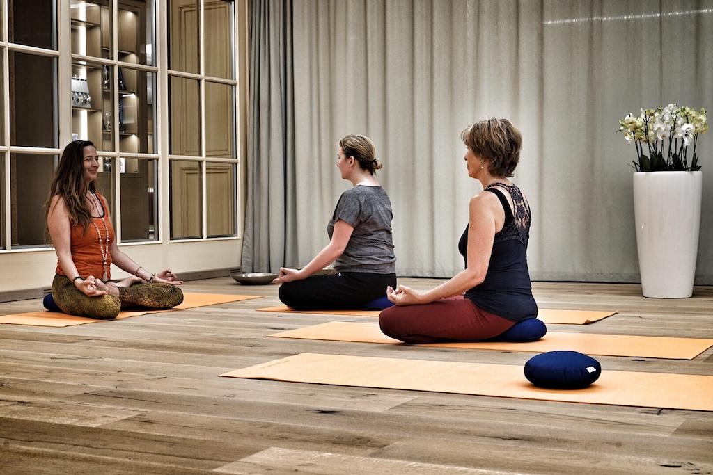 Yoga-Trainerin Heike Wasem (li.) achtet auf die korrekte Ausführung der einzelnen Übungen