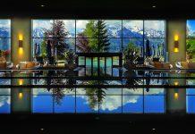 Vom Indoor Pool des 5-Sterne Superior Interalpen Hotel Tyrol bei Seefeld hat man eine wunderschöne Aussicht auf die Bergwelt