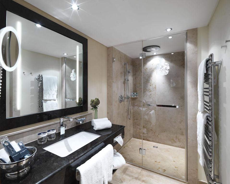 Elegante Mamorbadezimmer findet der Gast im Interalpen-Hotel Tyrol vor