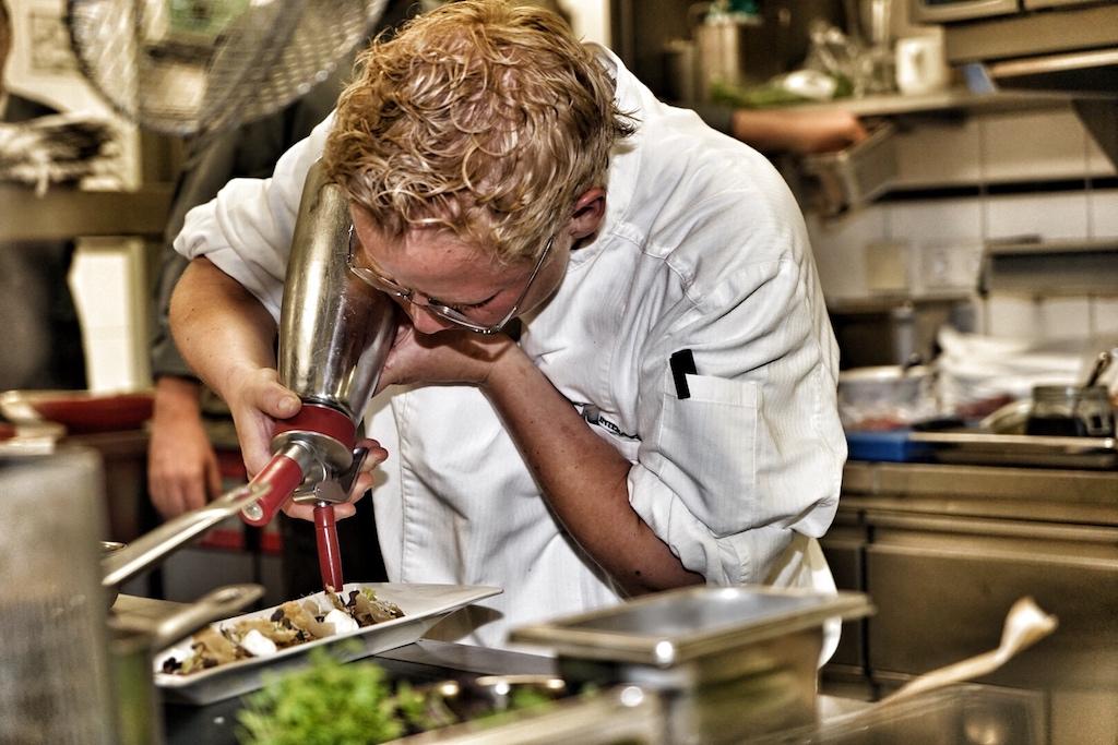 Alles muss auf den Punkt genau zusammen passen - Küchenarbeit mit Raffinesse
