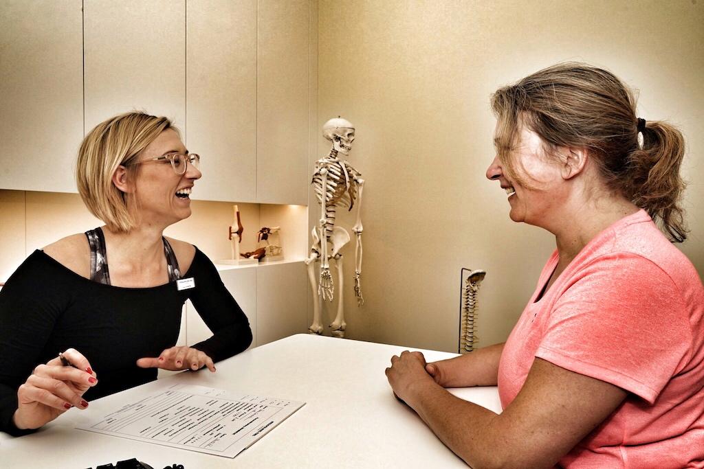 Beim umfassenden Beratungsgesprächen mit Spa-Managerin Lisa Marie Stangier (li.) hat FrontRowSociety-Redakteurin Annett Conrad (re.) noch gut lachen