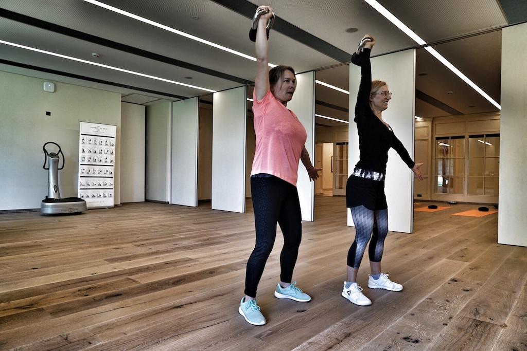 Get in motion - FrontRowSociety-Redakteurin Annett Conrad wird von Mastertrainerin lisa Marie Stangier mit dem Kettleball in Bewegung gebracht