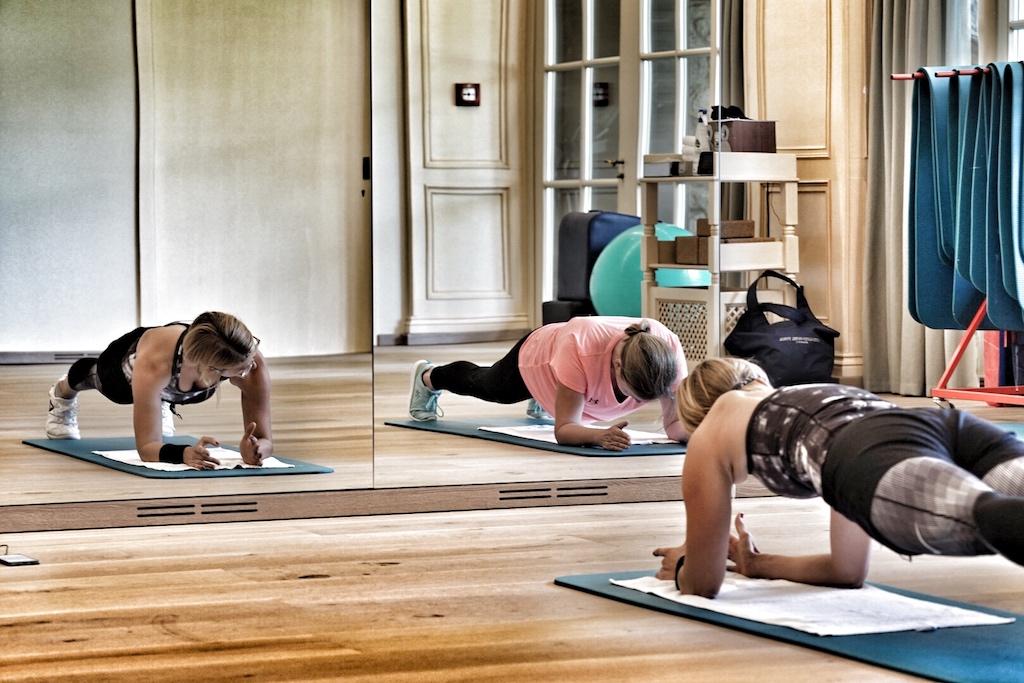 Bei jeder Trainingseinheit hat Lisa Marie Stangier die Fitnessaspiranten im Blick. Nützliche Tipps für das Training für daheim gibt es von der Spa-Managerin oberndrein. dabei scheint die Diplom-Fitnessökonomin nie außer Atem zu kommen. Es lebe der Sport
