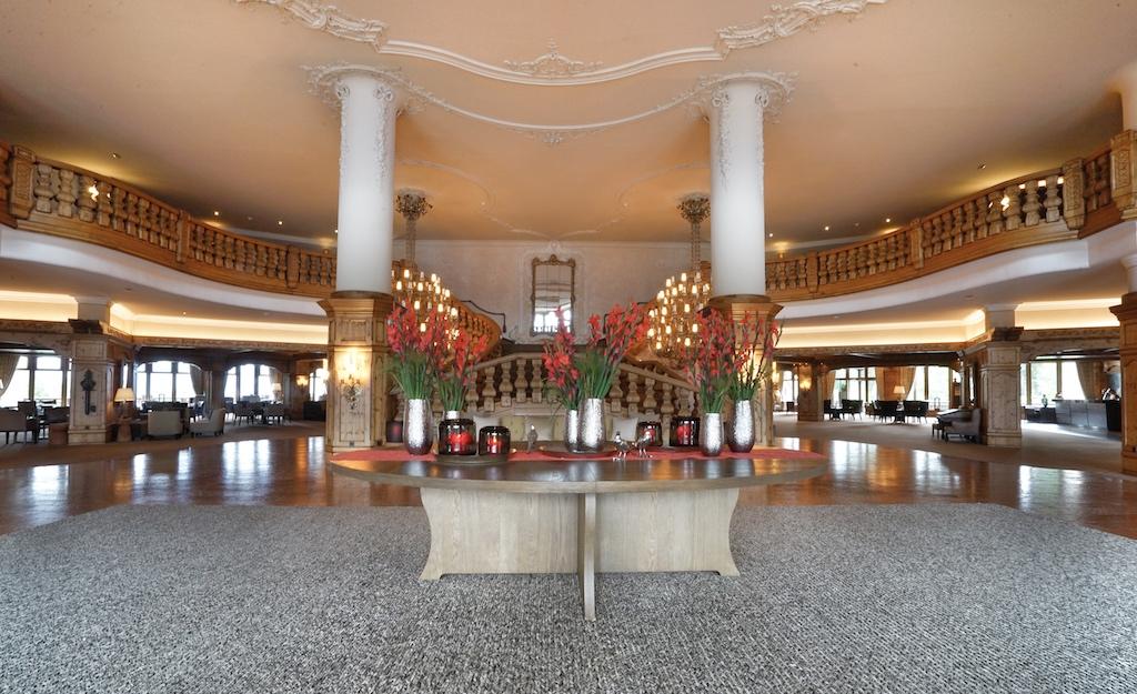 Die Floristen des Interalpen sorgen u.a. für die wundervolle Blütenpracht in der Lobby / © Redaktion FrontRowSociety.net