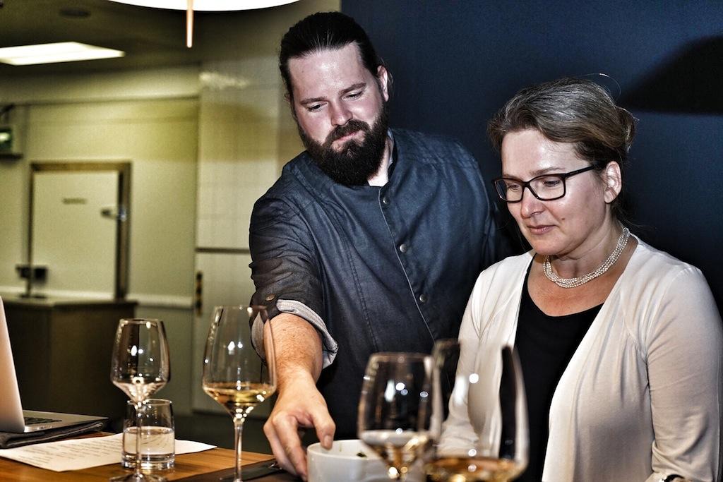 Amuse bouche - vom Chef de Cuisine Mario Döring (li.) persönlich serviert von Redakteurin Annett Conrad (re.) persönlich probiert