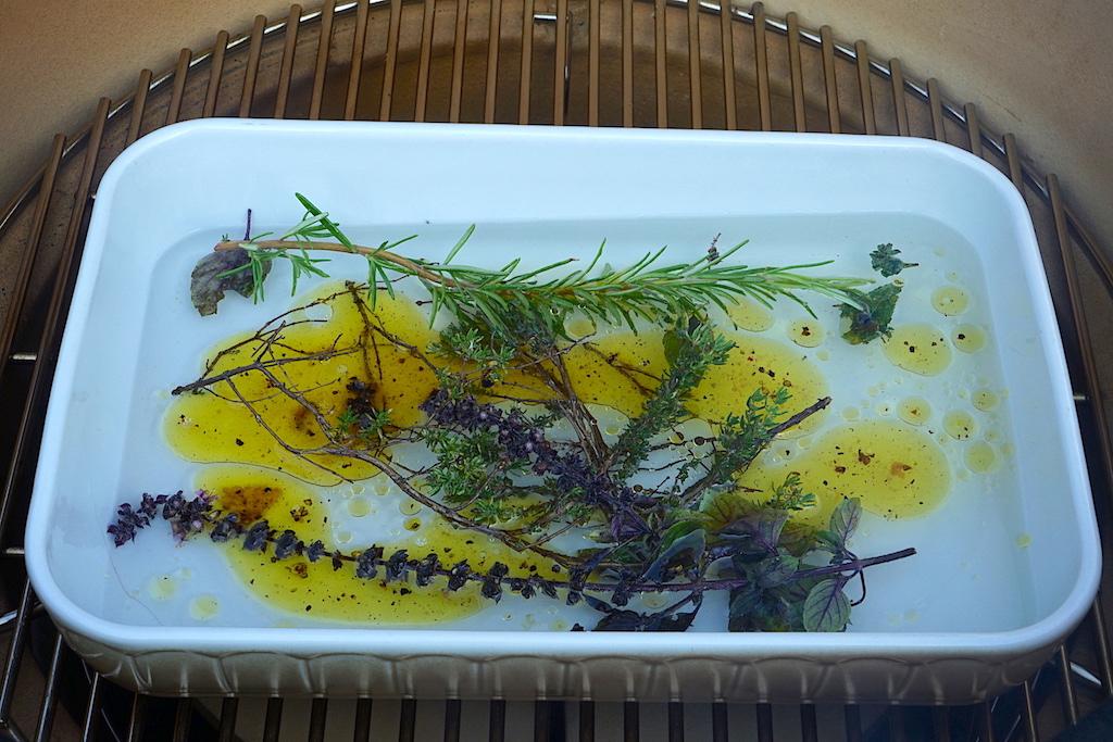 Je nach Grill- oder Räuchergut verwenden wir verschiedenen Kräuter aus dem Garten und ein wenig frisches Öl