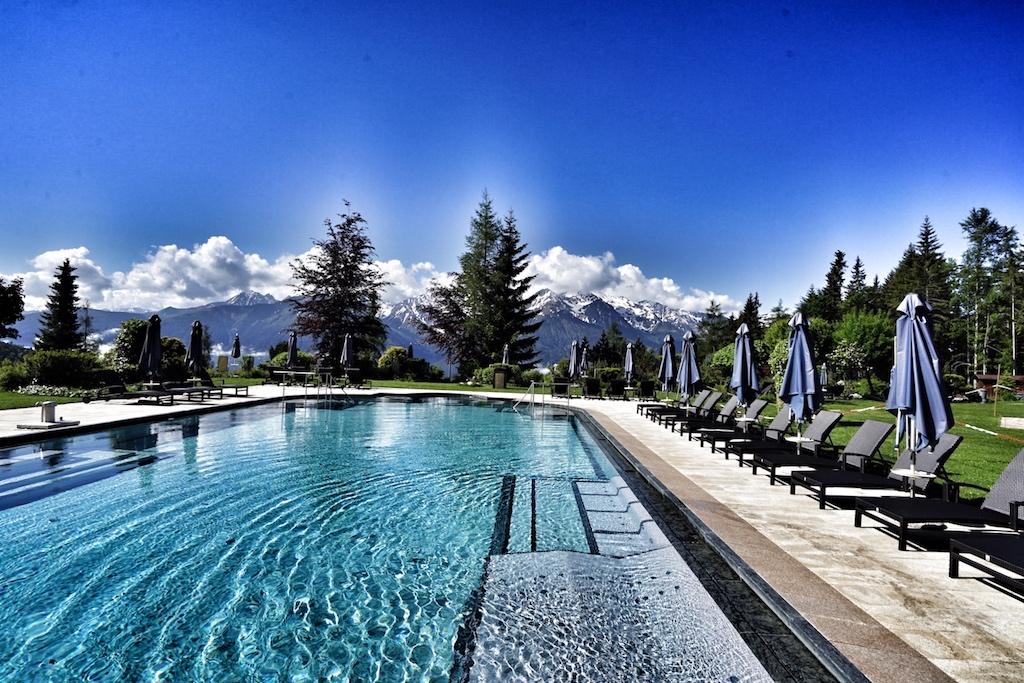 Der Outdoor-Pool überzeugt mit einem grandiosen Badeerlebnis, eingebettet in eine malerische Naturkulisse / © Redaktion FrontRowSociety.net