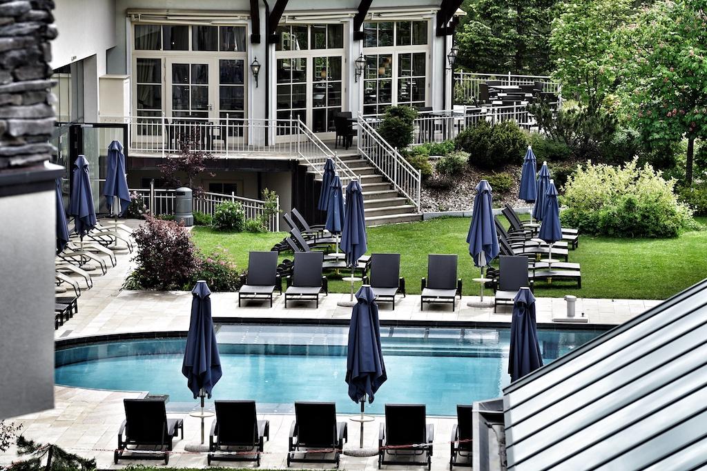 Das gesamte Ensemble des Hotels fügt sich harmonisch in die Natur ein / © Redaktion FrontRowSociety.net