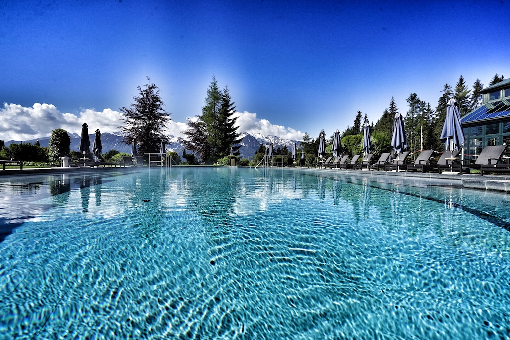 Überwältigend kommt als erstes Stichwort in den Sinn, wechselt man schwimmend vom Indoor- in den Outdoor-Pool