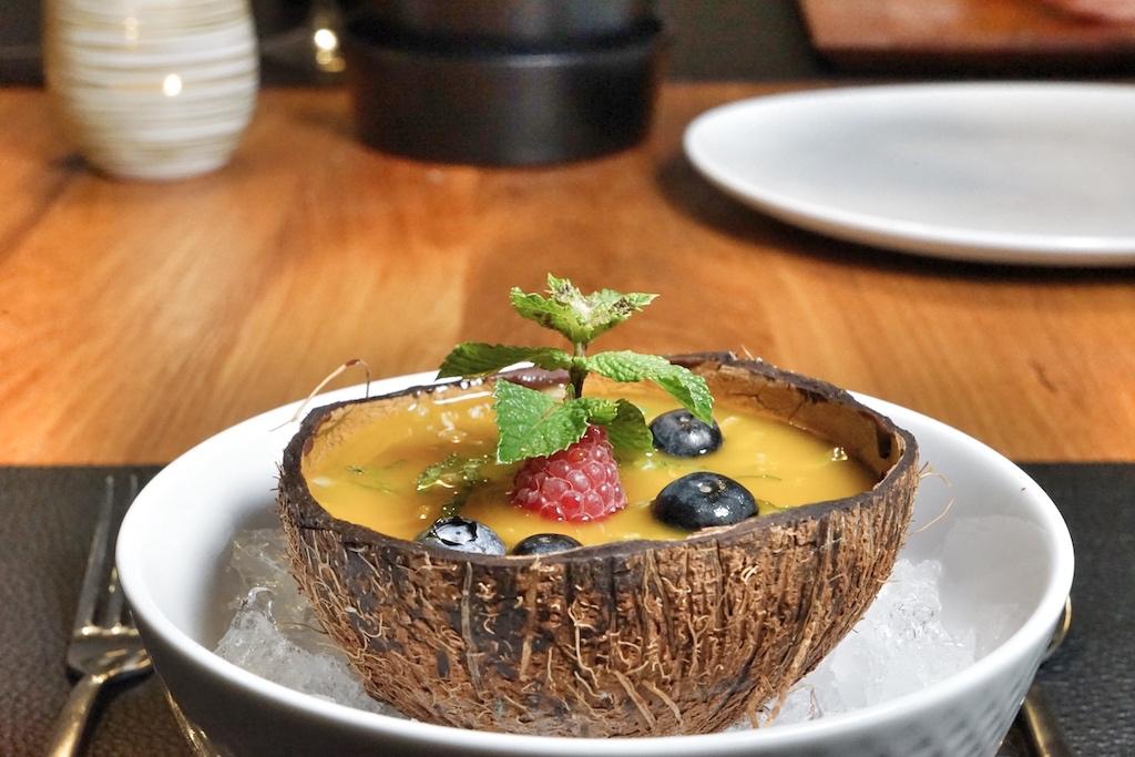 Kokosparfait, weißer und dunkler Schokolade sowie Passionsfrucht