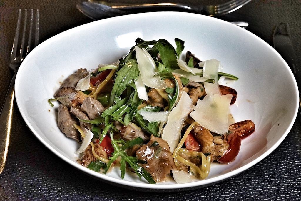 Tagilotti mit frischen Zutaten wie Tomaten, Rucola und Pfifferlingen
