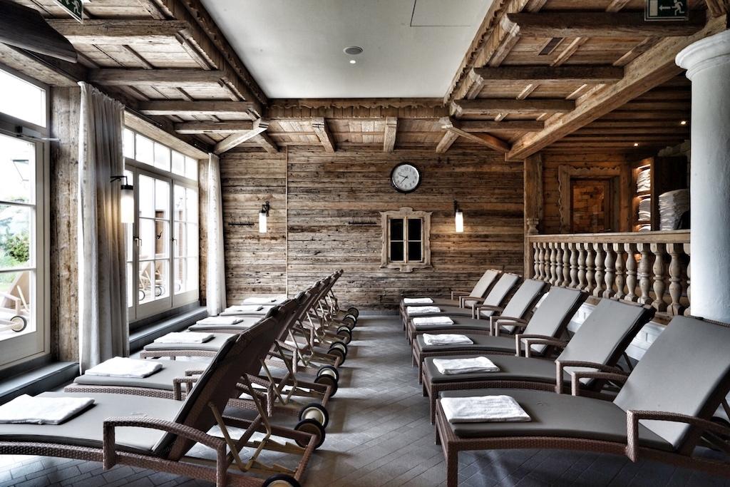 Von den Liegen innerhalb des Saunadorfs ist auch die Tiroler Bergwelt wieder präsent