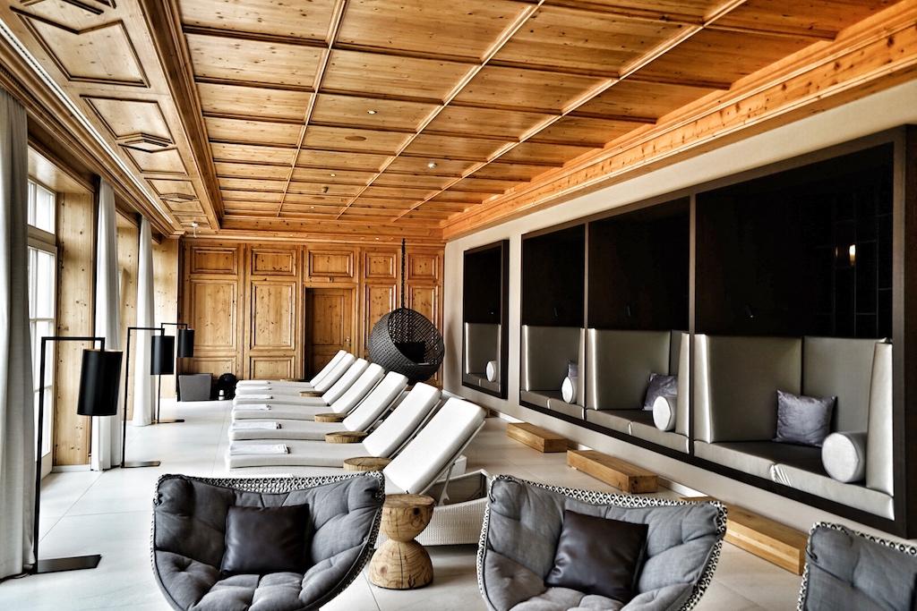 Das Gesetz der Wiederkehr: Auch in den neugestalteten Ruheräumen wurden rustikale Elemente geschickt mit urbanem Interieur zusammen gefügt / © Redaktion FrontRowSociety.net