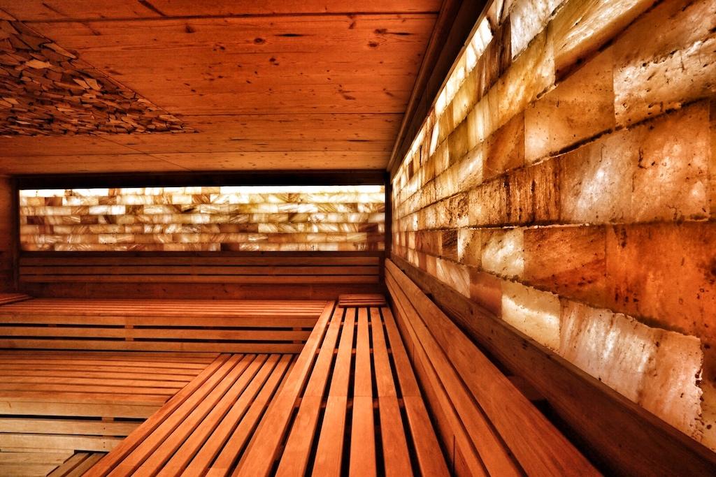 Der Saunabesucher hat ausreichend Möglichkeiten, das für sich angenehmste Saunaklima zu finden. Ob in der Salzsteinsauna .... /