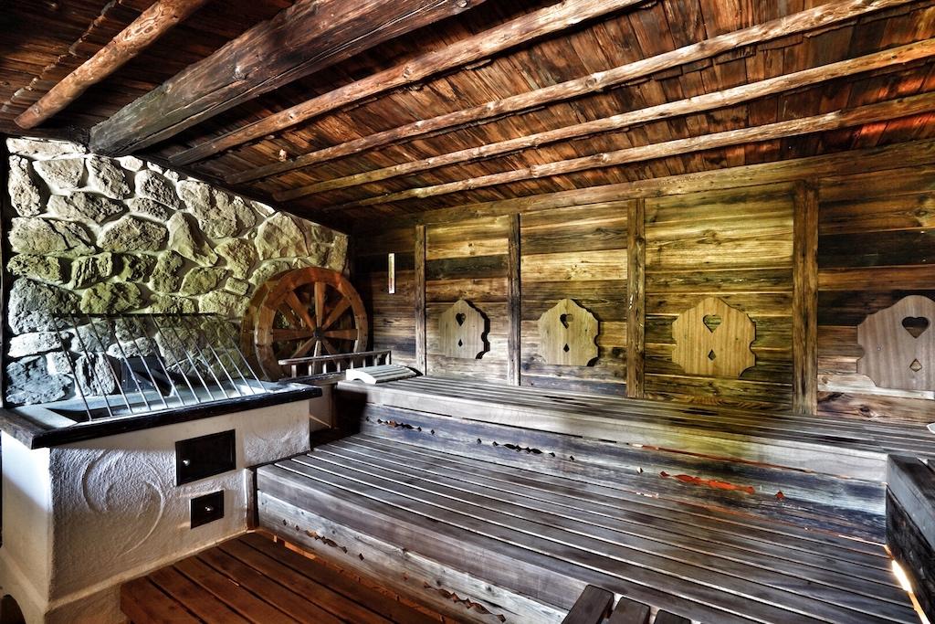 .... ganz im Tiroler Bauernhaus-Stil in der finnischen Sauna schweißtreibende Minuten verbringen