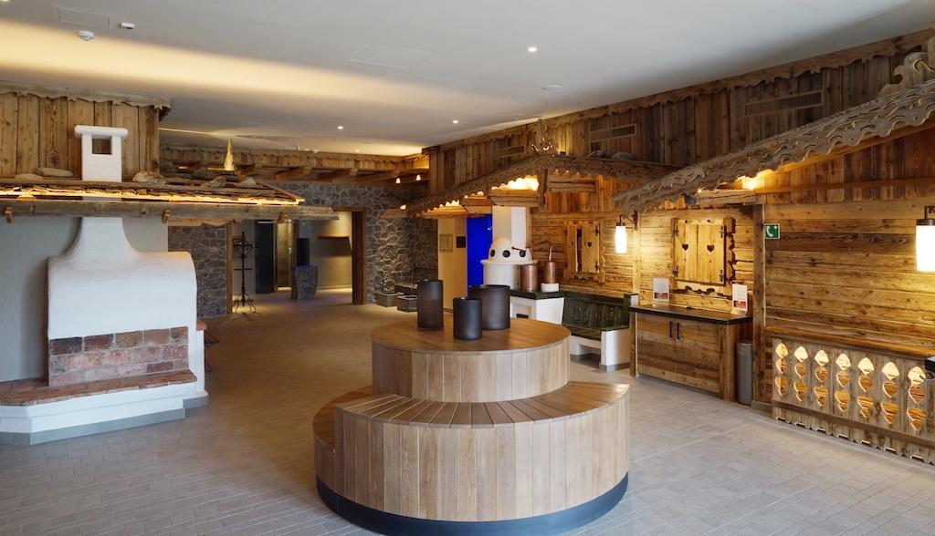 Der textilfreie Saunabereich wurde im Stil eines Tiroler Dorfs angelegt