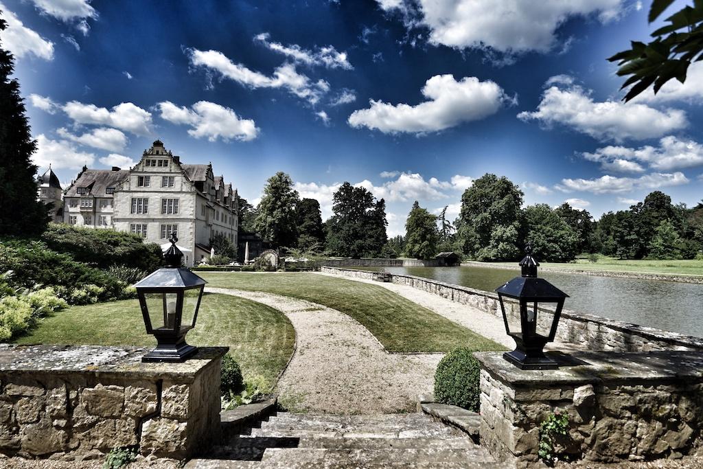 VINCE Küchenchef Marko Dordevic hat auch schon unter Sternekoch Achim Schwekendiek im 5 Sterne Superior Schlosshotel Münchhausen gekocht. Nach dem Reportageaufenthalt in Hannover, führt uns der Weg weiter zum Schloss Schwöbber, wie das Schlosshotel offiziel heiß