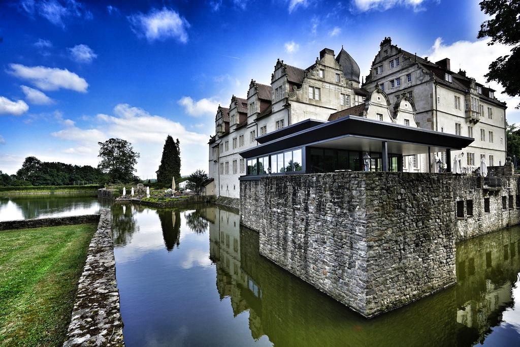 Die zwei spielerisch anspruchsvollen Golfplätzeliegen direkt zu Füßen des im Jahre1570 erbauten dreiflügeligenWasserschlosses