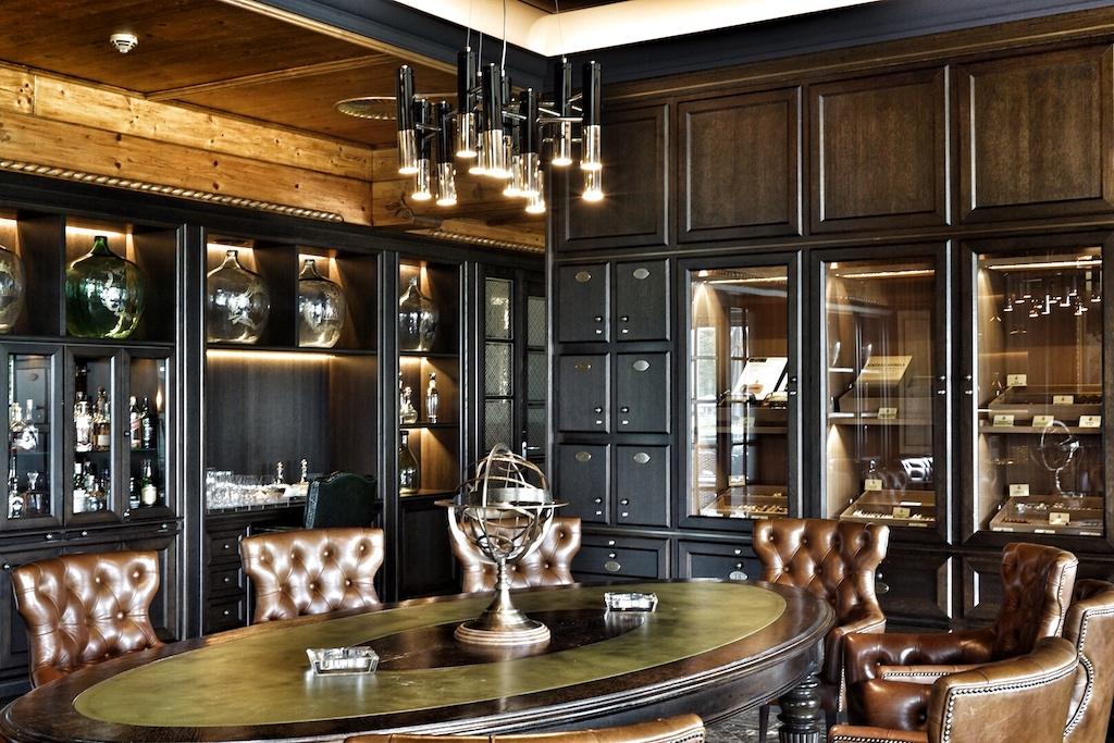 Zigarrenraucher haben in der Smokers' Lounge ein nobles Refugium. Die mitgebrachten Zigarren bewahren die Herren in den, im edlen Mobiliar integrierten, Humidoren auf