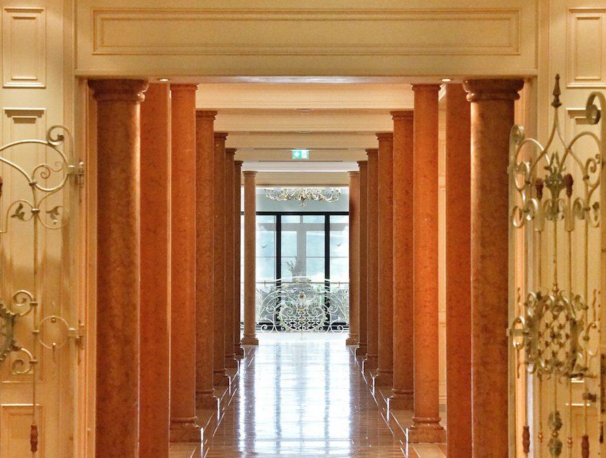 Eine Allee aus Säulen säumt den Zugang zum einzigartigen Spa des Leading Hotels of the World Interalpen Tyrol / © Redaktion FrontRowSociety.net