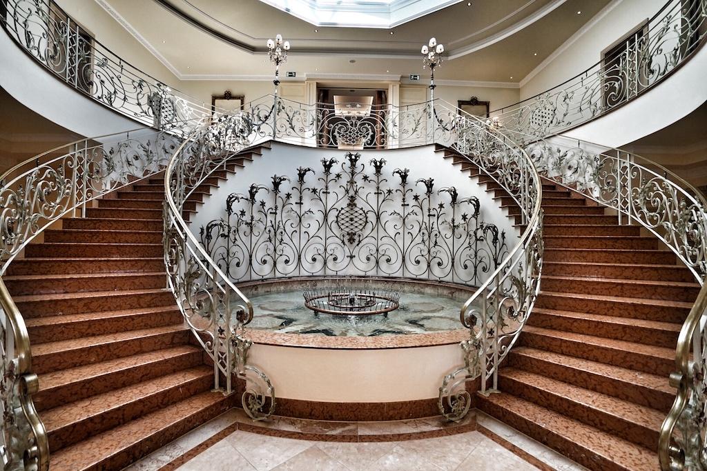 Vorhandene barocke Elemente, wie die geschwungene Treppe, wurden in den neuen trendigen Look integriert