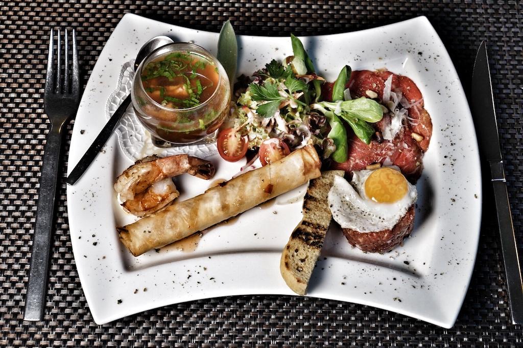 Tatar vom US-Beef, Sardelle und Wachtelei sowie Carpaccio vom Argentinischen Black Angus - dazu mit Frischkäse, Gemüse und Kräutern gefüllten Filo-Röllchen, Garnele mit Aioli
