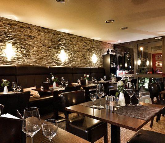 In dem maskulinen Ambiente aus dunklem Granit und mit Leder bezogenen Sofas und Stühlen kommt schnell im besten Steakhouse Hannovers ein Wohlfühl-Feeling auf