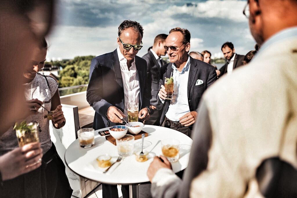 Auf der Dachterrasse des Hotels wurde der Vintage Brandy Reserva del Mamut von Torres degustiert