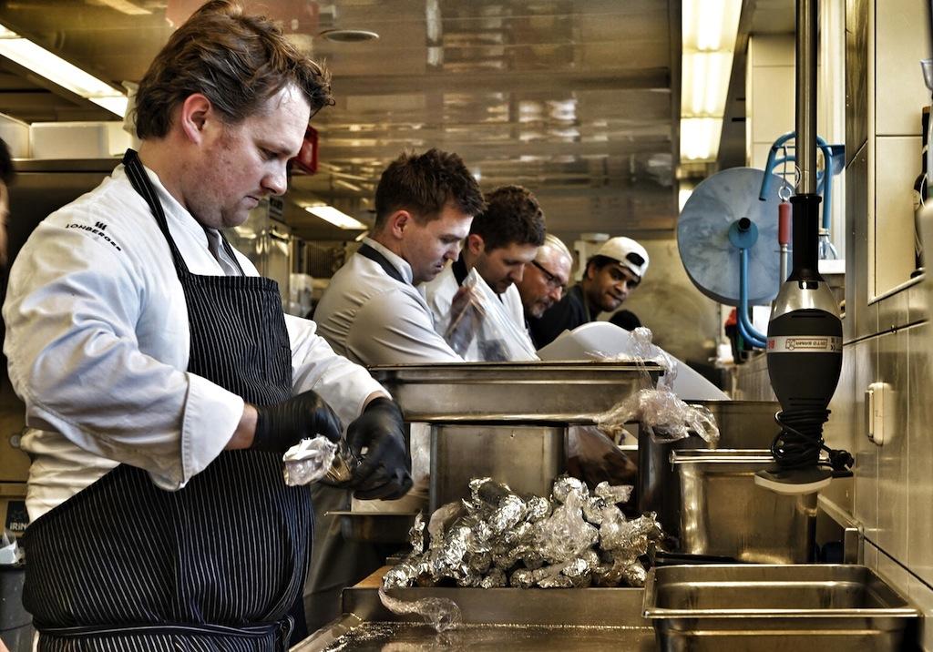 Viele fleißige Hände braucht es in der Küche. Roland Huber (li.) konzentriert bei der Arbeit
