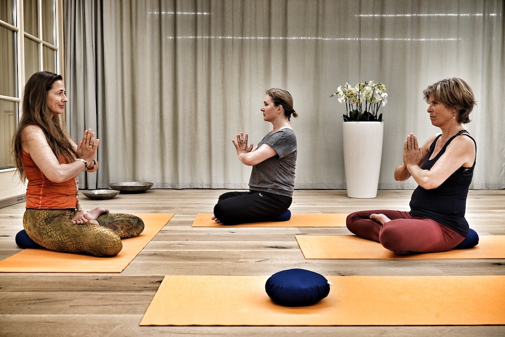Heike Wasem (li.) ist eine der Yoga-Trainerinnen des Interalpen-Hotels Tyrol. Für sie ist Yoga ein Lebensgefühl des Gleichklangs