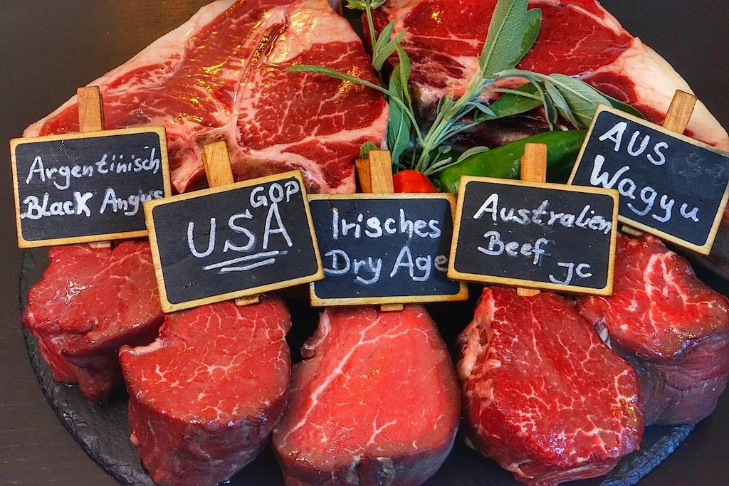 Da läuft dem Grillmeister das Wasser im Mund zusammen. Bestes Fleisch - von den USA, über Japan bis hin nach Australien - Black Angus und Wagyu lassen grüßen