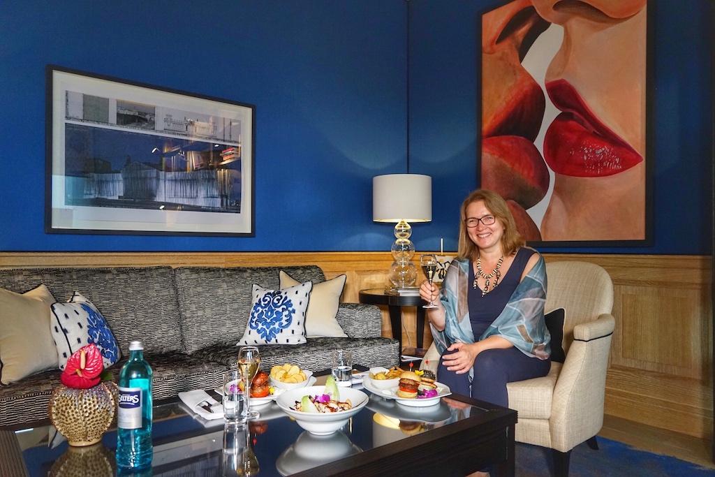 FrontRowSociety - The Magazine Mitherausgeberin Annett Conrad fühlt sich in der privaten VIP Blue Royal Suite sichtlich wohl. Reisen kann so angenehm sein