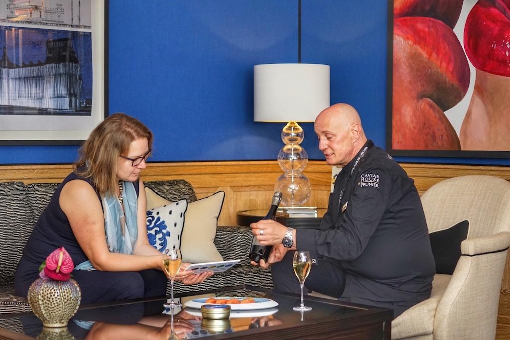 """Abe auch das Thema """"Finest Food"""" findet bei VIPs großen Anklang. Caviar House & Prunier - welche mehrere Delikatessen-Shops im Frankfurt Airport betreiben - präsentieren der FrontRowSociety Mitherausgeberin Annett Conrad ihre aktuellen Produkte"""