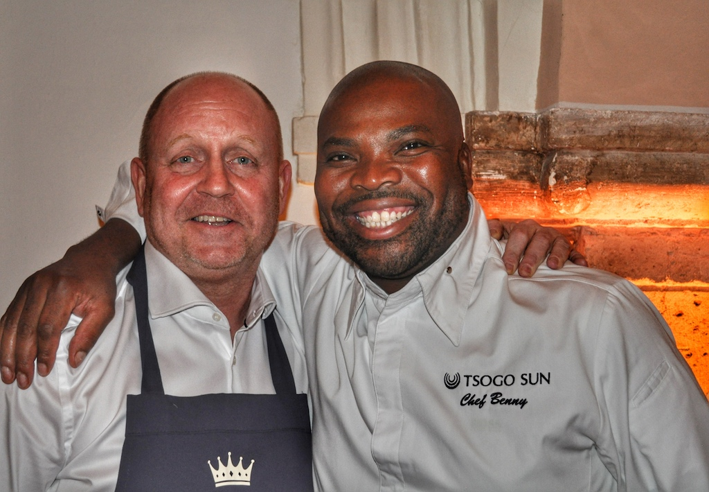 Benny Masekwameng zählt zu den besten Köchen Afrikas, hier gemeisam mit FrontRowSociety - The Magazine Herausgeber Andreas Conrad