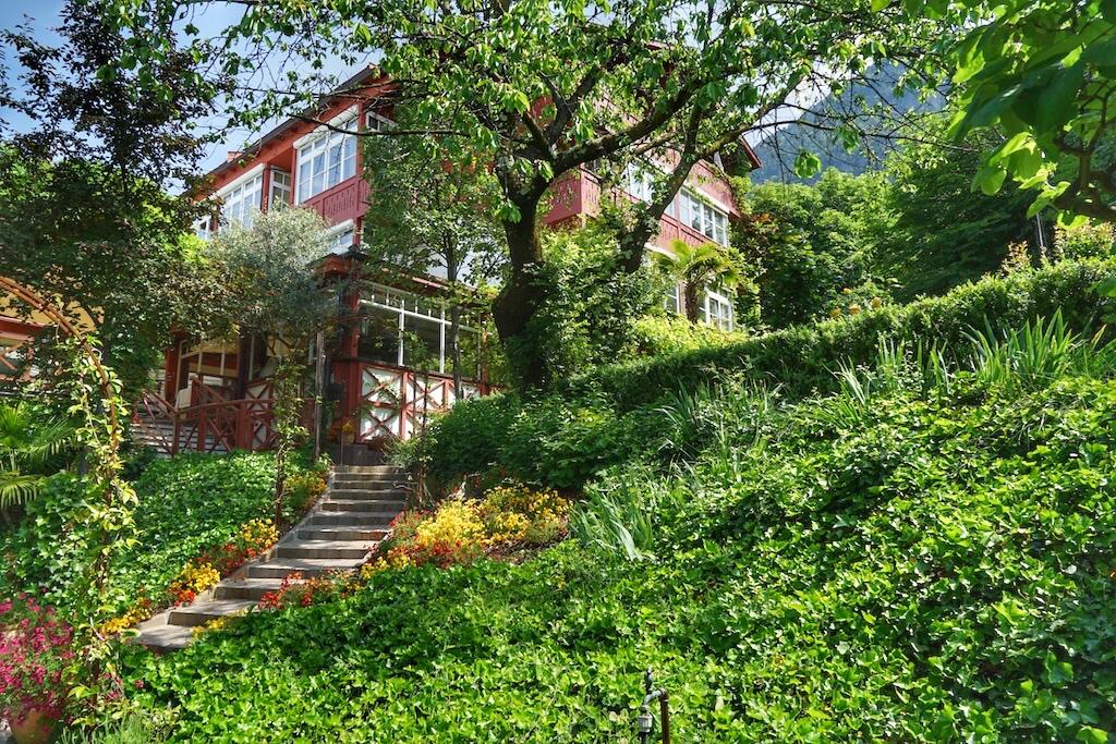Durch die üppige Vegetation des Kräutergartens geht es die Stufen hinauf in die heiligen Hallen des einzigen alchemistischen Spa - Castellum Natura