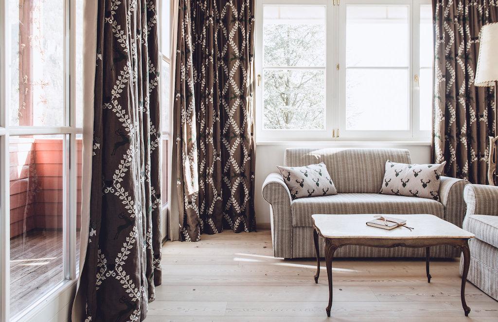 Fließende Stoffe in wohlgefälligen Farben verleihen den Deluxe Suiten ein wohnliches Ambiente