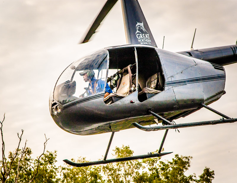 Luftiger Logensitz: Durch die offenen Seitenteile des Robinson R44 Hubschraubers hat man eine phantastische Aussicht / © FrontRowSociety.net, Foto: Georg Berg