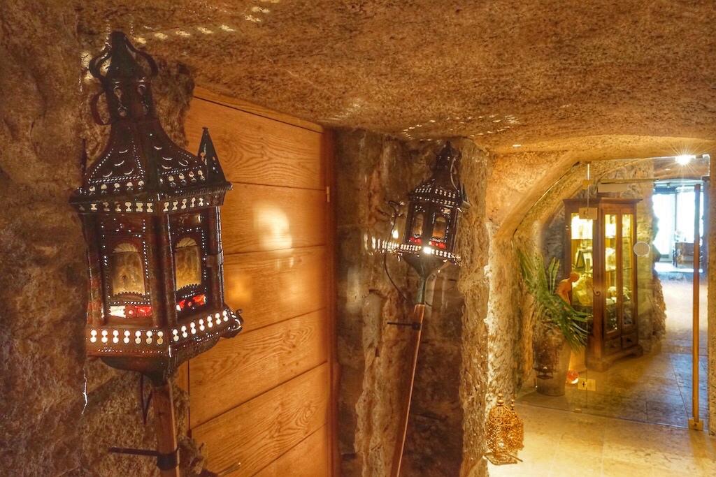 Durch das märchenhafte Burggewölbe gelangt der Gast zum Castellum Natura