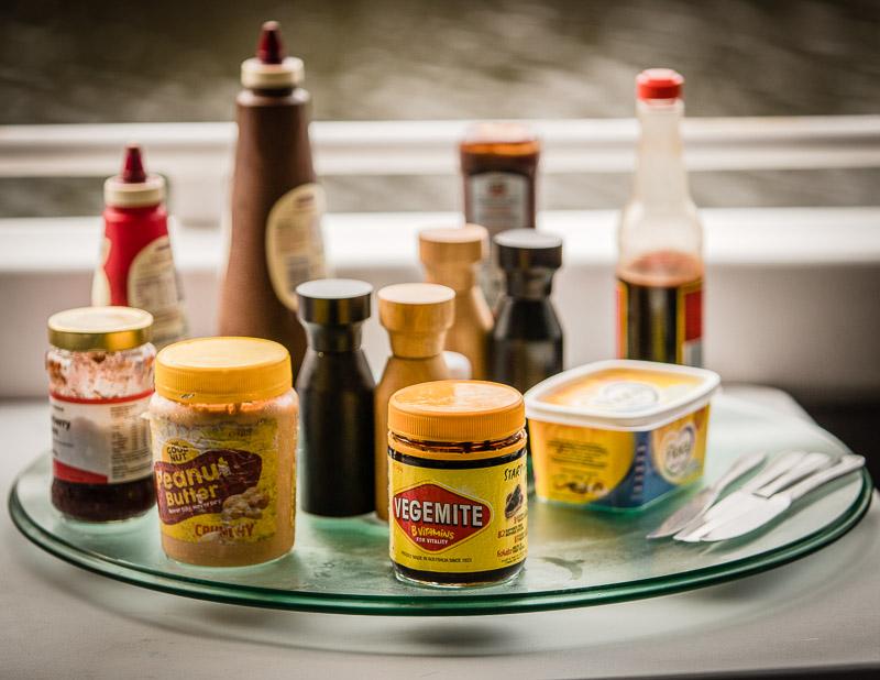 Das australische Vegemite Buffet: Vegemite enthält viel Vitamin B und Aussies schwören, dass sie nur deshalb selten von Mücken belästigt werden, weil sie es ständig essen / © FrontRowSociety.net, Foto: Georg Berg