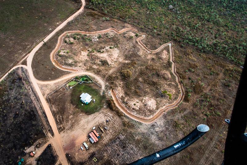 Unter den Kufen des Helikopters eine im Bau befindliche Ferienanlage im Grundriss Australiens / © FrontRowSociety.net, Foto: Georg Berg