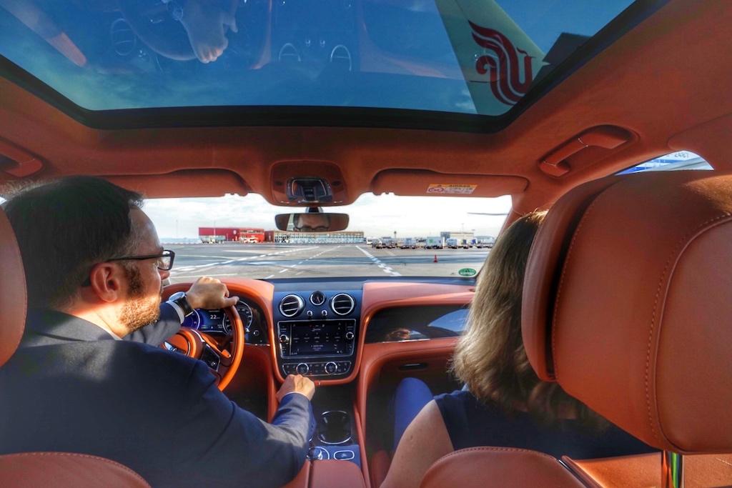 Mit dem Bentley geht es dann direkt zum Flugzeug: Kein warten, kein Schlange stehen, keine Formalitäten, keinen Kontakt zum öffentlichen Terminal - so luxuriös kann Reisen sein