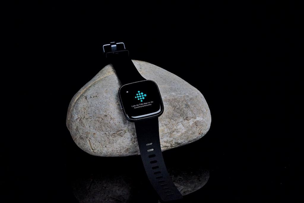 Fitbit, Versa 2: farbiges AMOLED-Touchdisplay, Always-on Funktion, längere Akkulaufzeit, Amazon Alexa Bedienung, Sprachantworten, Spotify und nur noch eine Bedienungstaste