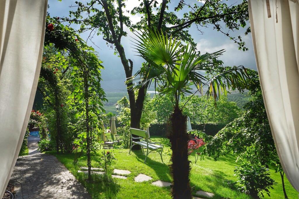 Nicht nur Romantiker bezaubert der Blick in den Schlossgarten vom Himmelbett aus