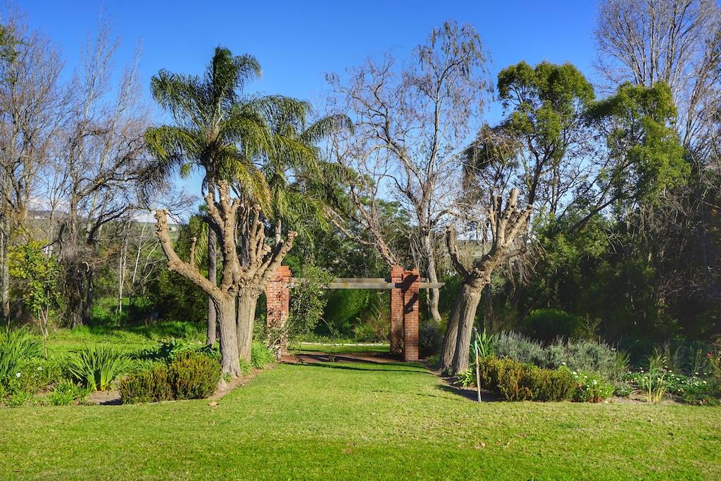 Das Weingut ist umsäumt von einem schön angelegten Garten, in welchem endemische Pflanzen wachsen