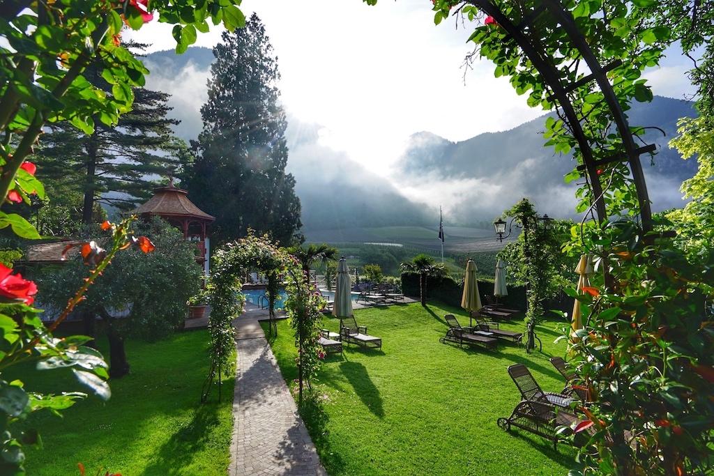 Das Castel Fragsburg besitzt einen Schlossgarten voller Poesie
