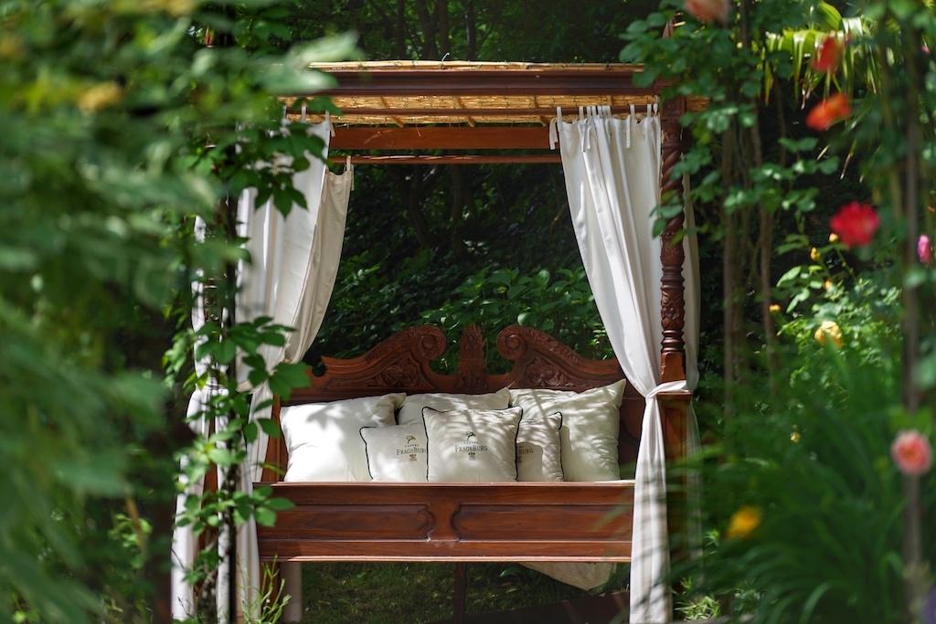 Ein Himmelbett im Garten Eden des Castel Fragsburg gibt Gelegenheit für Tagträume