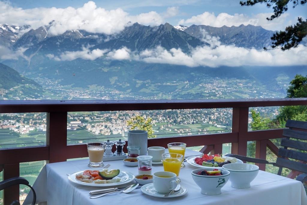Wenn man sein gesundes Frühstück vor pittoresker Kulisse auf der lauschigen Terrasse des Restaurants des Castel Fragsburg einnimmt, hat man den Morgen bereits mit einer Yoga-Sequenz im Sanktuarium begrüßt