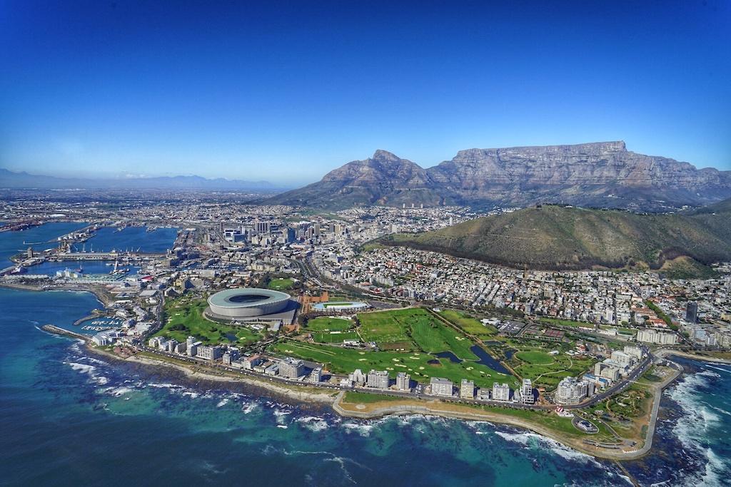Bei einem Rundflug mit dem Hubschrauber kann die Schönheit der Kapregion von oben betrachtet werden